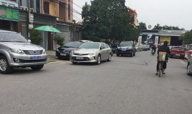 Nhiều xe biển xanh đậu trước Trung tâm Hội nghị tiệc cưới Tân Trường Xanh