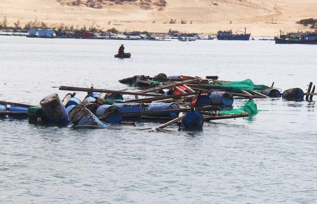 Theo UBND huyện Vạn Ninh, trên địa bàn có hơn 12.000 lồng, bè nuôi tôm hùm hư hại, thiệt hại cho người dân vô cùng lớn