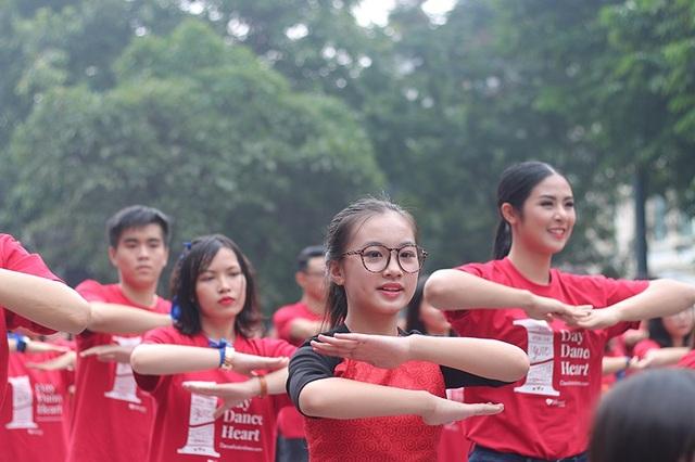 """Hoa hậu Ngọc Hân cùng các bạn trẻ nhảy flashmob """"vì sự tử tế"""" - 3"""