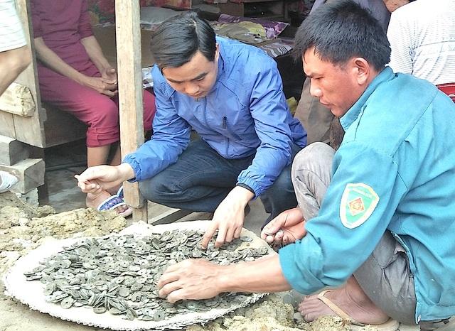 Số tiền xu cổ gia đình ông Điền phát hiện khi đào móng nhà.