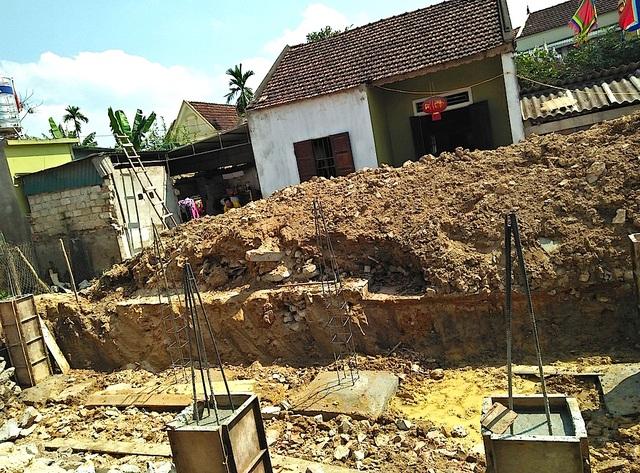 Khi đào móng để làm nhà, ông Điền phát hiện hũ tiền cổ nặng 10 kg.