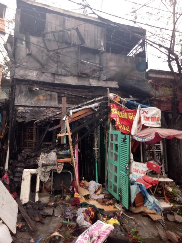 Ngôi nhà bị thiêu rụi cùng nhiều đồ vật cũ kĩ