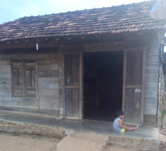 Căn nhà gỗ xiêu vẹo là tài sản lớn nhất của gia đình H Đuy lúc này cũng có nguy cơ phải gán nợ vì lãi mẹ để lãi con