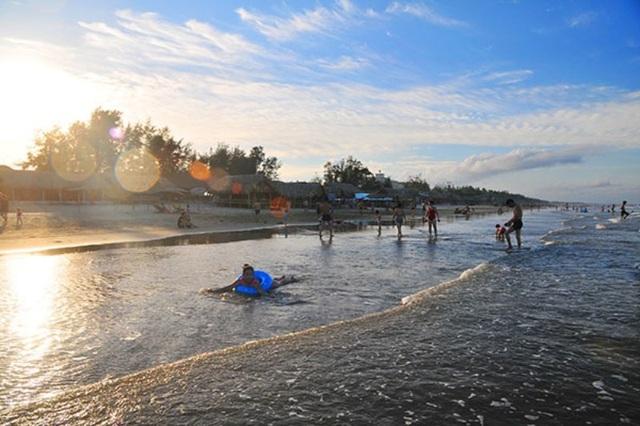 Bãi biển Hải Hòa, huyện Tĩnh Gia còn khá hoang sơ