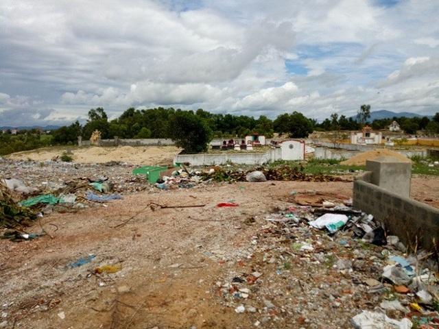 Khu vực nghĩa địa tràn ngập rác thải