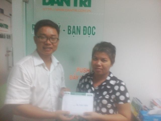 Đại diện báo Dân Trí trao tiền cho chị Hương