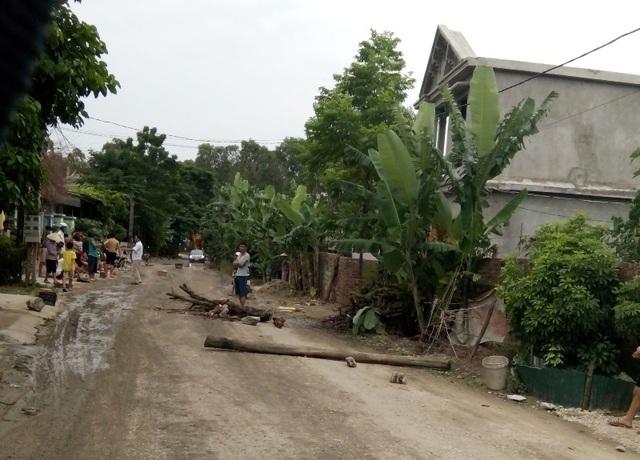Người dân mang gỗ, đá hộc ra đường chặn xe