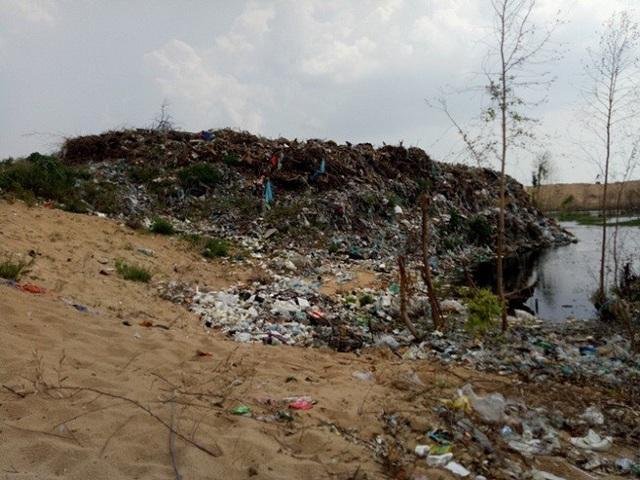 Hàng nghìn tấn rác được chất thành núi