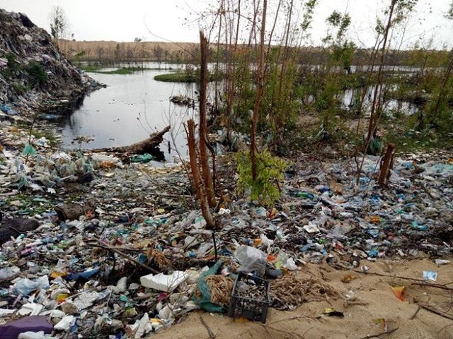 Nước từ bãi rác tràn xuống hồ gây ô nhiễm