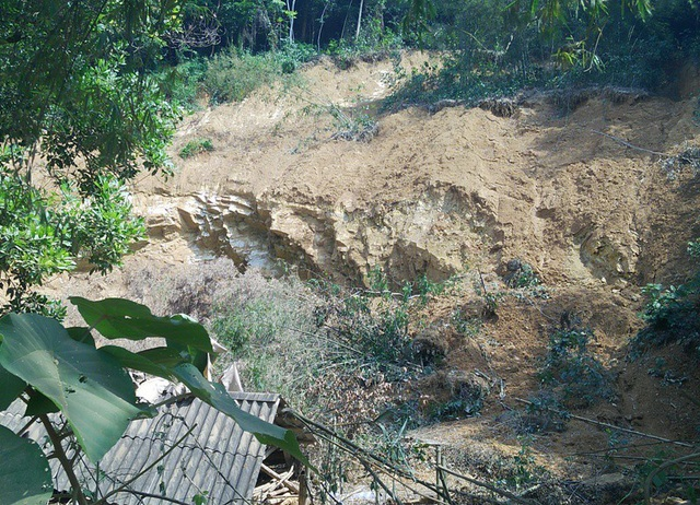 Nhà dân nằm dưới chân đồi đang bị ảnh hưởng sạt lở do từ hệ quả của việc khai thác đất tại thôn Ngọc Nước, xã Thành Trực
