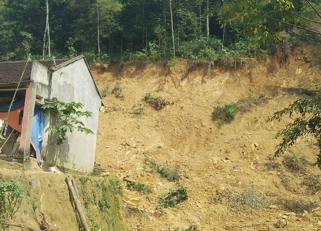 Nhà dân nằm chênh vênh bên vực sâu từ việc khai thác đất