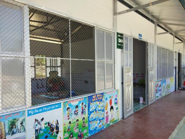Điểm trường Ta Lếch sau khi được báo Dân trí đầu tư xây dựng nay đã khang trang hơn với 3 phòng học, 1 nhà công vụ, 1 nhà bếp, 1 nhà vệ sinh và hệ thống sân trường, tường rào bao quanh