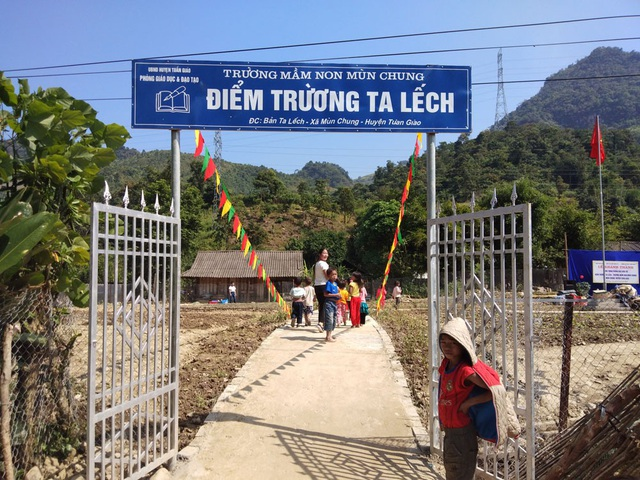 Cổng trường điểm trường Ta Lếch ấn tượng với bảng hiệu mới
