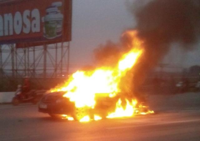 Ngọn lửa bao trùm toàn bộ chiếc xe