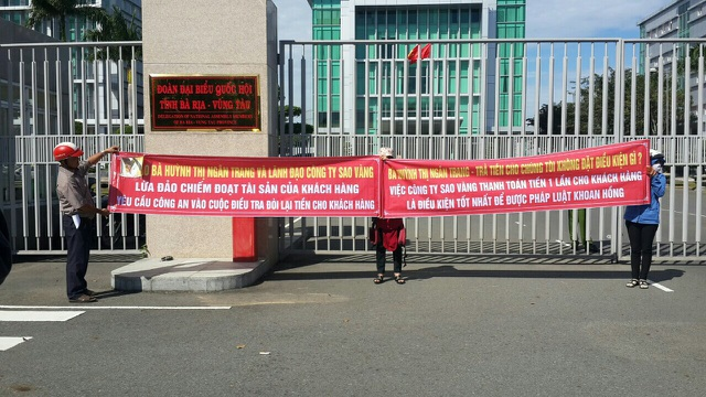 Người dân kéo đến trụ sở UBND tỉnh đòi giải quyết vụ việc