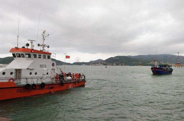 Tàu cứu nạn đang lai dắt tàu cá Bình Định cùng 3 ngư dân về Nha Trang (Khánh Hòa) sáng 23/12