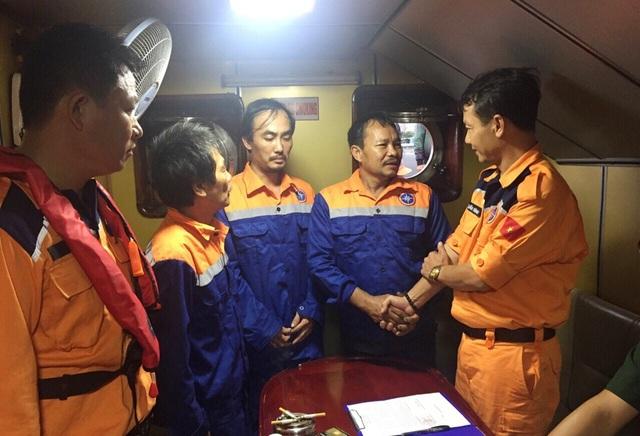 3 ngư dân (áo xanh) bị nạn trên đường tránh bão đã bày tỏ sự xúc động sau khi được ứng cứu an toàn