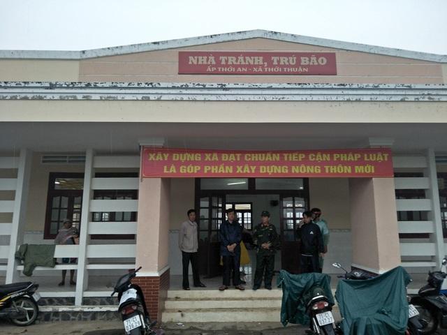 Lực lượng chức năng hỗ trợ nhân dân tránh trú bão số 16 (Ảnh: Minh Giang)