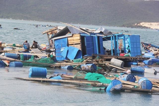 Lồng bè nuôi trồng hải sản ở tâm bão huyện Vạn Ninh (Khánh Hòa) tan hoang sau bão số 12 - (Ảnh: Dương Phong)
