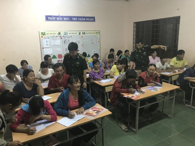 Lớp học xóa mù chữ vùng biên giới của thầy Hiếu và thầy Thọ