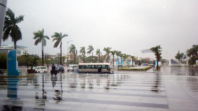 Gần như cả ngày, Đà Nẵng hứng chịu liên tiếp tục các đợt mưa và gió lớn. Chúng tôi đã cố gắng hết sức để chuẩn bị cho Tuần lễ APEC, bao gồm cả thời tiết tốt, nhưng chúng tôi không thể kiểm soát được nó. Tôi rất xin lỗi. Chúng tôi hy vọng thời tiết sẽ tốt hơn trong vài ngày tới, Chủ tịch ABAC 2017 Hoàng Văn Dũng phát biểu trong phiên khai mạc toàn thể Hội nghị Hội đồng Tư vấn Kinh doanh APEC (ABAC) sáng 5/11.