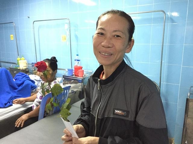 Niềm vui của một nữ bệnh nhân khi được tặng hoa chúc mừng