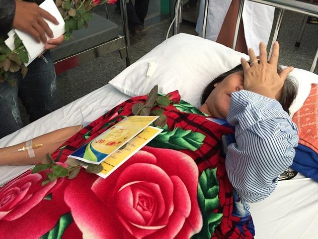 Nhiều bệnh nhân đã xúc động bật khóc khi nhận được món quà đầy bất ngờ trong ngày tôn vinh phụ nữ