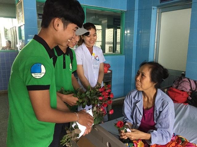Bác sỹ tại Bệnh viện Hữu nghị Việt Nam - Cu Ba Đồng Hới cùng thành viên CLB Nét bút xanh tặng hoa cho các nữ bệnh nhân
