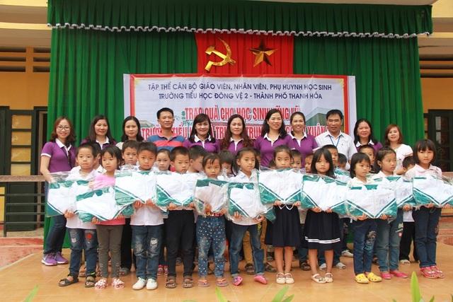 Hàng trăm chiếc áo ấm dành tặng học sinh của 2 trường tiểu học và trung học Xuân Tân