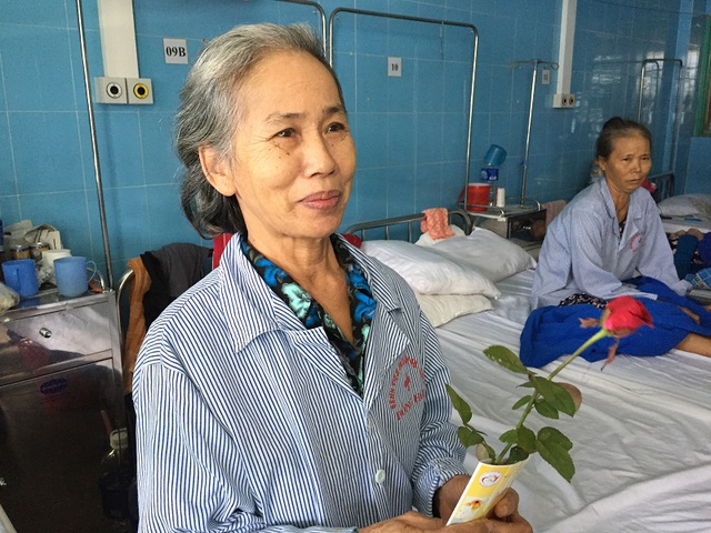 Những bông hoa, lời chúc sẽ là nguồn động viên tinh thần để các bệnh nhân nữ đấu tranh với bệnh tật