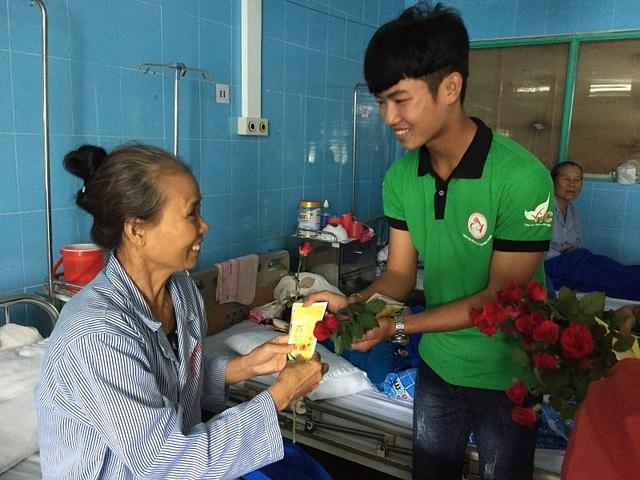 Các thành viên CLB Nét bút xanh miền Trung mang niềm vui đến cho các bệnh nhân nữ đang điều trị tại Bệnh viện Hữu nghị Việt Nam - Cu Ba Đồng Hới