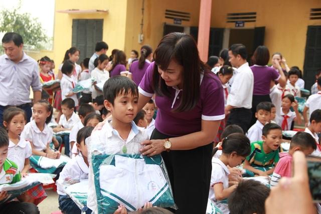 Dù là món quà nhỏ nhưng là cả tấm lòng của tập thể giáo viên, học sinh và phụ huynh của nhà trường