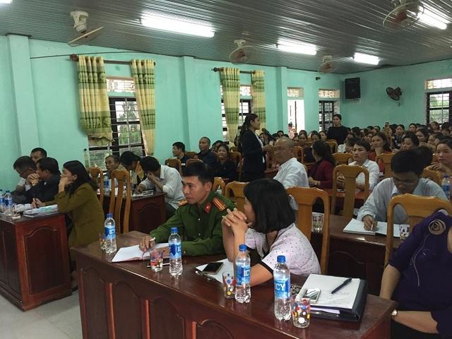 Rất đông phụ huynh đã có mặt tại UBND thị trấn nông trường Việt Trung theo lời mời, nhưng họ không đồng ý đối thoại vì cho rằng sai nguyên tắc