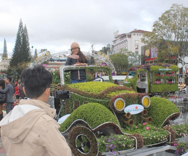 Du khách thích thú check-in với dàn xe cổ bằng hoa - 3