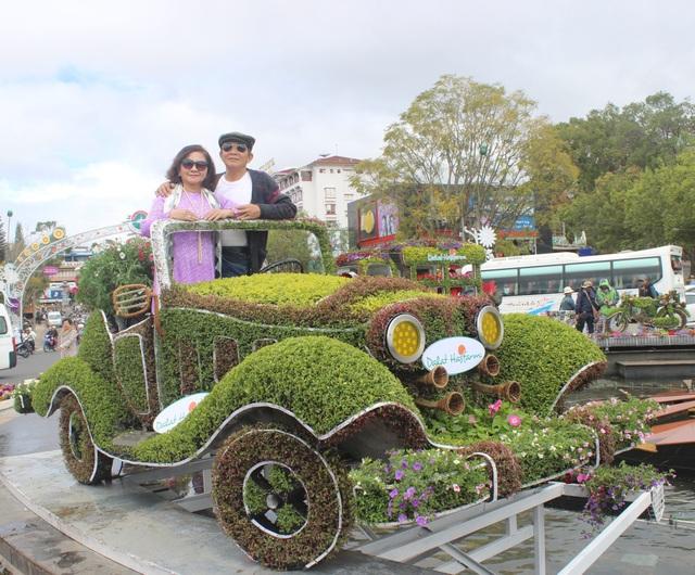 Du khách thích thú check-in với dàn xe cổ bằng hoa - 4