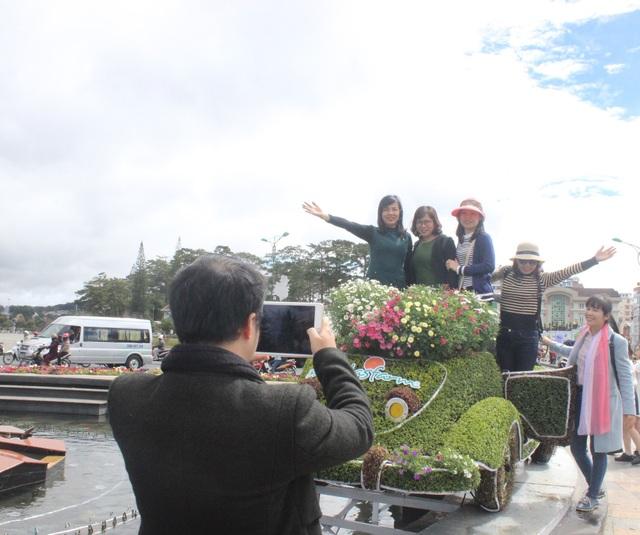 Vừa được đưa xuống phố, dàn xe hoa đã thu hút rất nhiều du khách đến chiêm ngưỡng và chụp hình