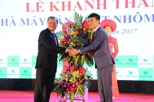 Ông Nguyễn Tử Quỳnh chủ tịch tỉnh Bắc Ninh bắt tay chúc mừng ông Mẫn Văn Khắc, giám đốc điều hành công ty.
