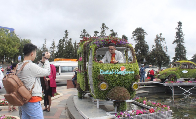 Du khách thích thú check-in với dàn xe cổ bằng hoa - 6