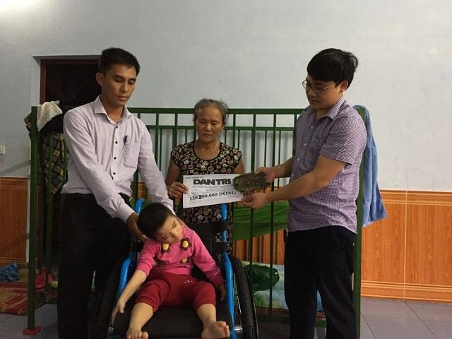 Phóng viên Dân trí cùng lãnh đạo xã Quảng Đông, huyện Quảng Trạch tiếp tục trao hơn 120 triệu đồng do bạn đọc ủng hộ đến với gia đình Thanh Trúc