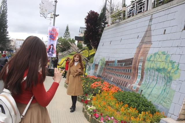 Du khách Selfie tại Suối hoa đường Lê Đại Hành