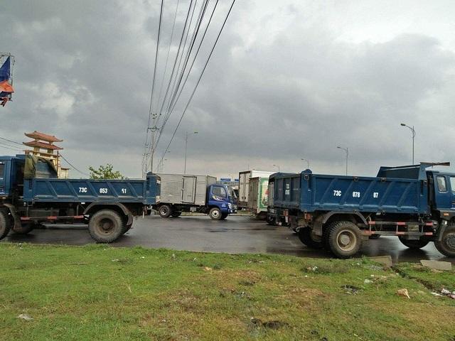Người dân mang xe vây Trạm thu phí Tasco