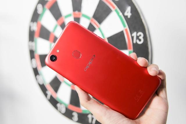 Về thiết kế, Oppo F5 phiên bản 6 GB vẫn tương đồng thiết kế như thế hệ F5 trước đó nhưng khác biệt là màu sắc đỏ được phủ toàn bộ vỏ máy. Màu sắc đỏ của máy khá rực rỡ và ít bám bẩn hơn phiên bản màu đen trước đó.