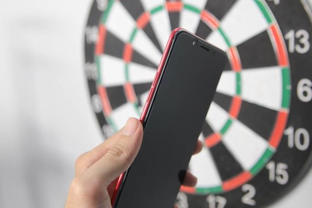 Cạnh trái là vị trí của nút bấm âm lượng được phủ màu đỏ cùng tông màu với nắp lưng.