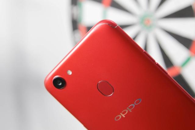 Phía trên, Oppo tích hợp camera chính 16MP với khẩu độ f/1.8, có tính năng chụp ảnh xóa phông và hỗ trợ cảm biến vân tay 1 chạm.
