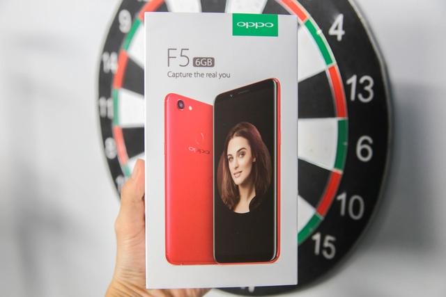 So với các mẫu F5 trước đó, điểm khác biệt nhiều nhất đó là màu sắc khi hãng phủ toàn bộ lớp vỏ ngoài màu đỏ tươi và trang bị cấu hình mạnh mẽ hơn với RAM 6 GB. Về thiết kế vỏ hộp, vẫn tương đồng với thế hệ F5 trước đó nhưng mặt trước vỏ hộp in màu sắc đỏ và mặt lưng sau thay đổi các thông số kỹ thuật.