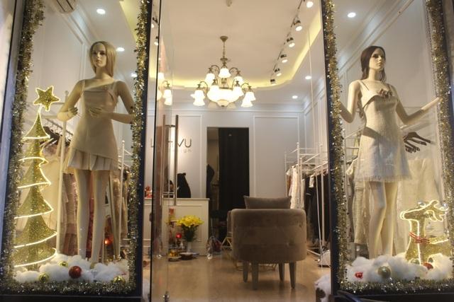 Cửa hàng quần áo này tốn gần 3 triệu đồng để mua đồ trang trí Giáng sinh năm nay. (Ảnh: Hồng Vân)