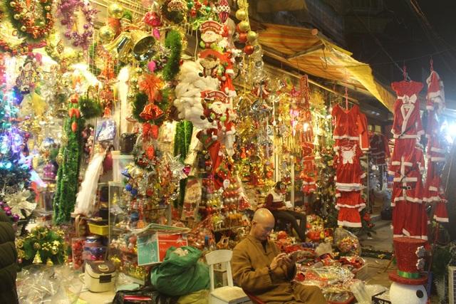 Các cửa hàng bán đồ trang trí Giáng sinh với nhiều chủng loại, mẫu mã, kiểu dáng bắt mắt. (Ảnh: Hồng Vân)