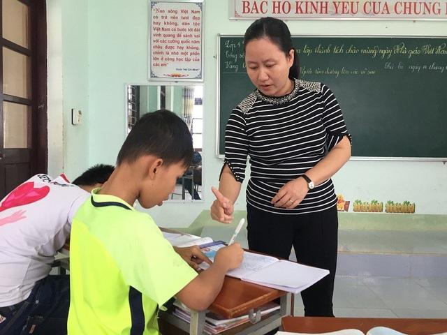 Để hiểu các em, cô Dung còn học các ngôn ngữ ký hiệu từ học trò