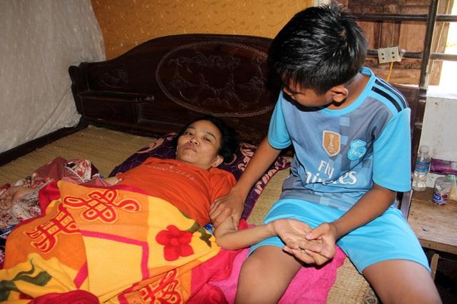 Ngày chủ nhật, nhưng Trần Bảo Ninh chỉ quanh quẩn ở nhà để chăm sóc người mẹ bị chứng bệnh ung thư giai đoạn cuối.