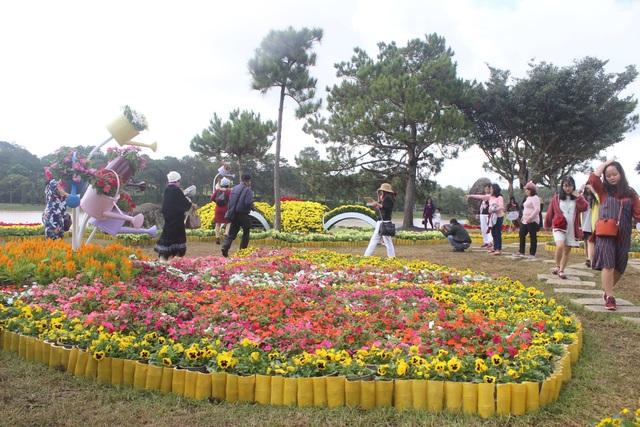Du khách được chiêu đãi đại tiệc hoa tại Đà Lạt